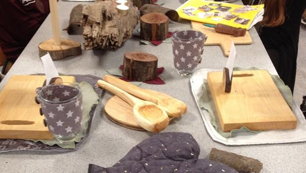 Dækket bord med duge, service og bordpynt, der er designet af elever