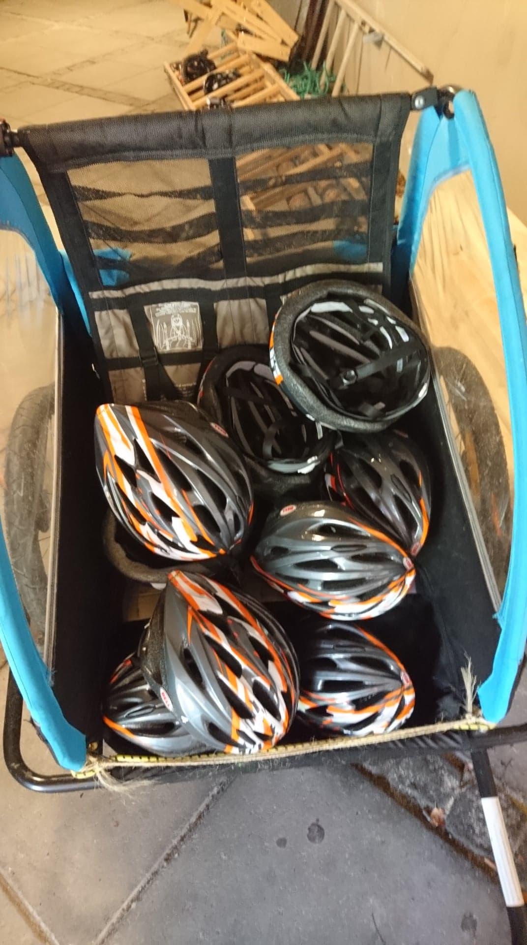 Cykelanhænger fyldt med cykelhjelme