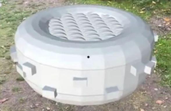 Foto fra en 3D animation, hvor en digital 3D tegning af en hvid donut trampolin er anbragt i en elevs skolegård