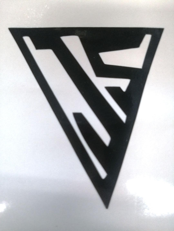 J og S tegnet ind i en trekant