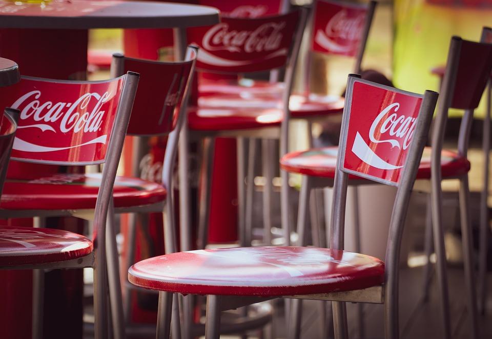 stemningsbillede af cafesole påført Coca-Cola logoer.