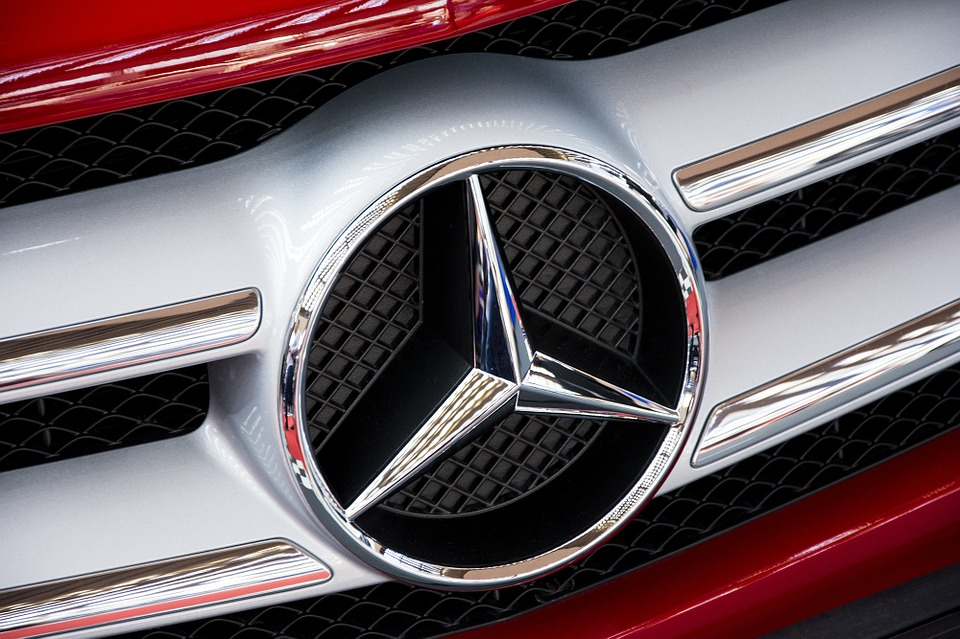Nærbillede af mercedes logo på køleren af en bil.