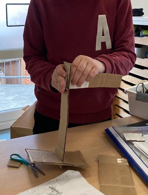 Dreng laver papmodel