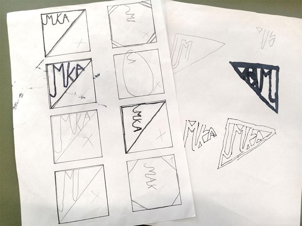A4 ark med skitser af logoer i små firkanter