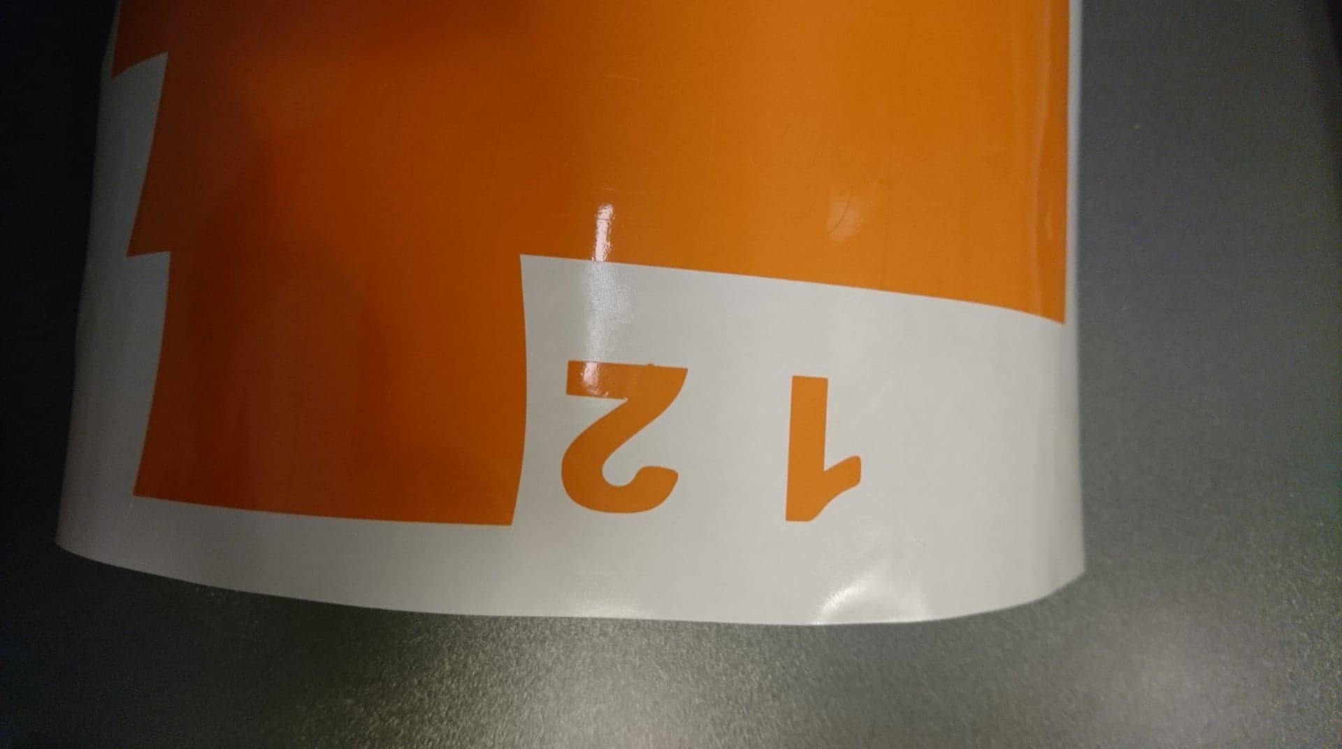 Tallene et og to er skåret ud med orange vinyl med vinylskærer