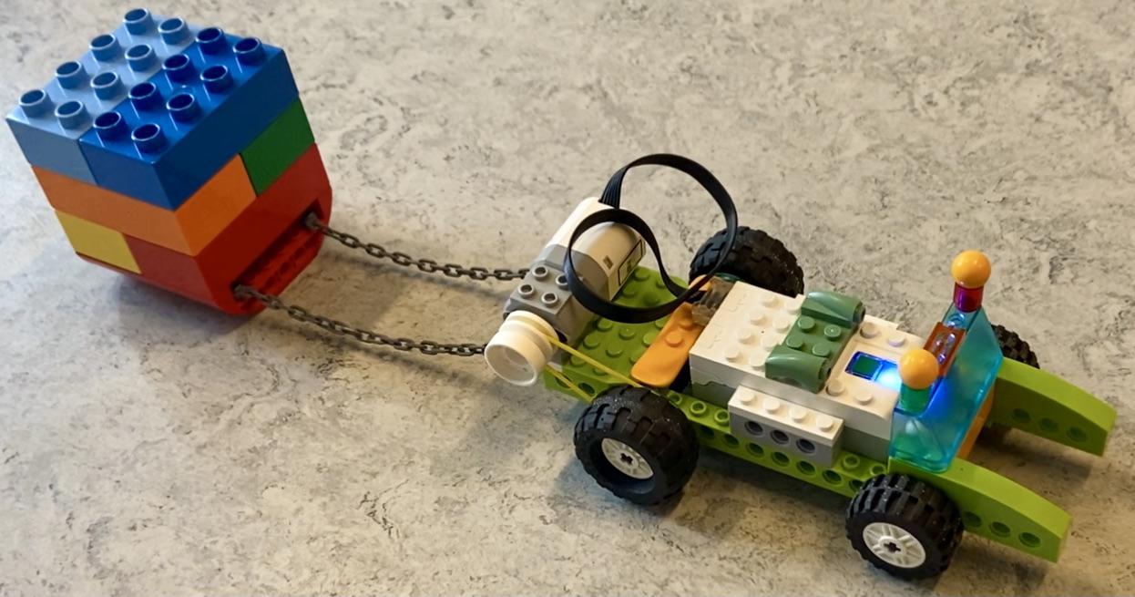 Legobil med lille anhænger efter sig lavet i legoklodser