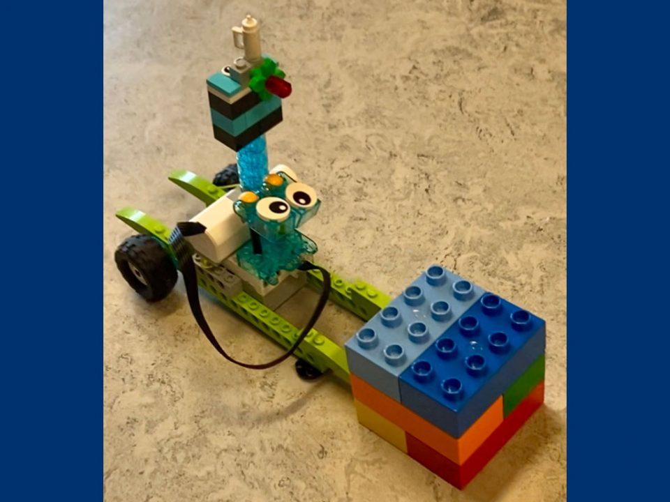 lille bil i lego med søde øjne på