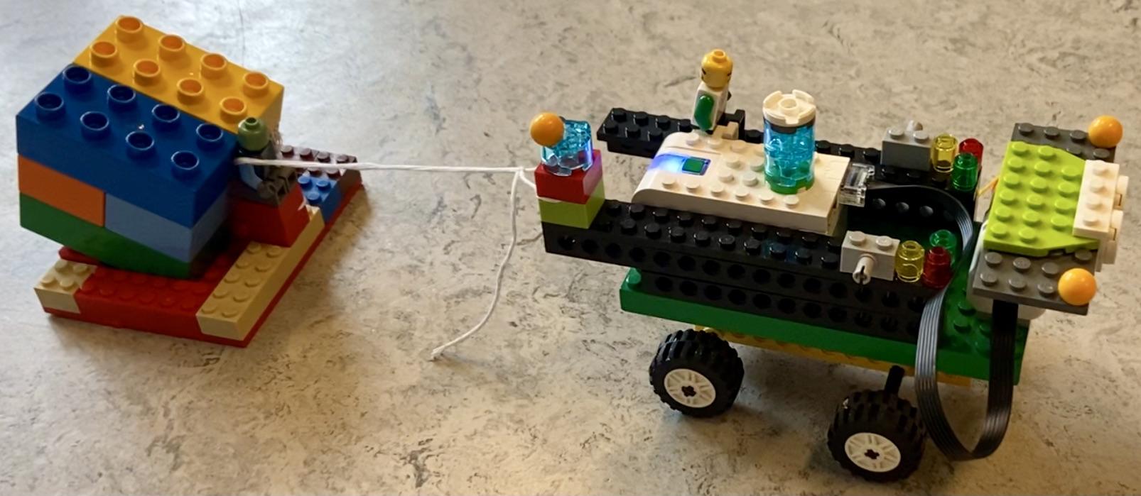 Legolastbil med lille anhænger efter sig