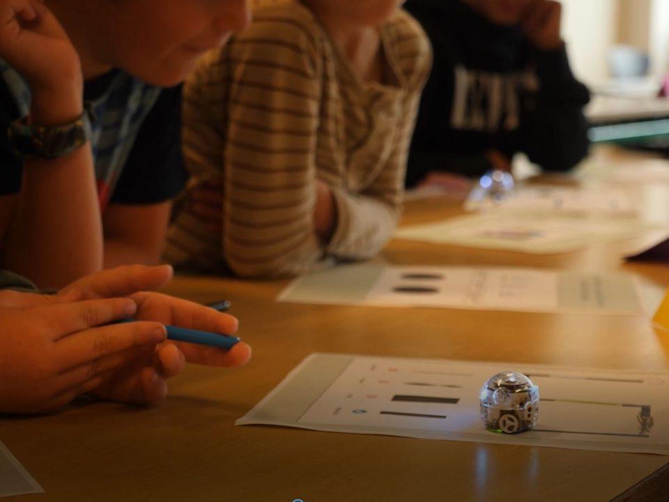 Børn i SFO arbejder med Ozobots