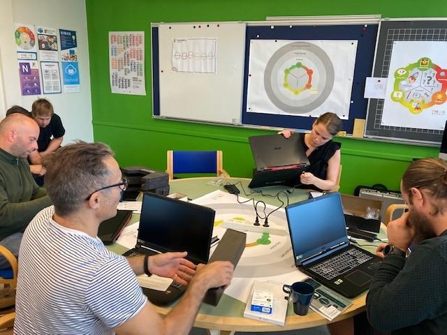 Undervisning på pioneruddannelsen - fire deltagere er i gang med at sætte deres computere op
