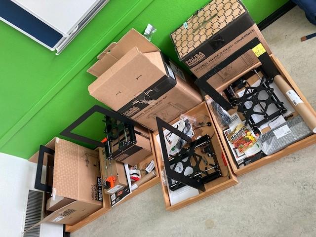 Kasser med 3D printere i samlesæt