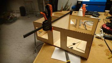 Elever er ved at samle et hus af dele, som er skåret ud på laserskærer